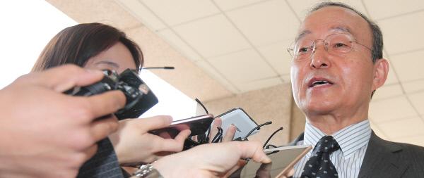 송민순 전 외교부 장관(북한대학원대 총장)이 21일 서울 삼청동 북한대학원대로 출근하면서 2007년 유엔 북한인권결의안 입장 결정에 대한 의견을 밝히고 있다(오른쪽 사진). 송 전 장관은 이날 당시 정황을 기록한 자신의 수첩(왼쪽)을 공개했다. 연합뉴스