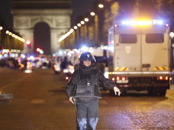 전면 통제된 샹젤리제 거리 프랑스 수도 파리의 샹젤리제 거리가 20일(현지시간) 테러범과 경찰의 총격전이 벌어진 후 전면 통제되고 있다. 경찰차들이 대로를 메운 가운데 한 경찰관이 경계를 서고 있다. 이날 총격전으로 경찰 1명이 숨지고 2명이 중상을 입었다. 테러범은 현장에서 사살됐다. 파리 | AP연합뉴스