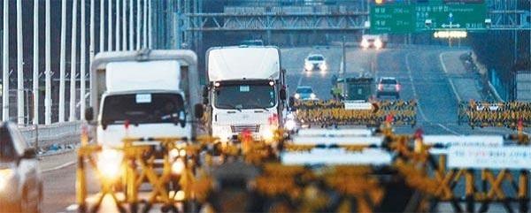 ▶2016년 1월 북한의 핵실험으로 개성공단을 떠난 차량들이 경기도 파주 통일대교를 건너오고 있는 모습./조선DB