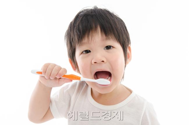 양치질은 입 안에 남아 있는 당분을 제거해 충치를 예방하므로, 어린이 충치를 예방하는 최선책 중 하나다. 사진은 관련 이미지. [사진=헤럴드경제DB]