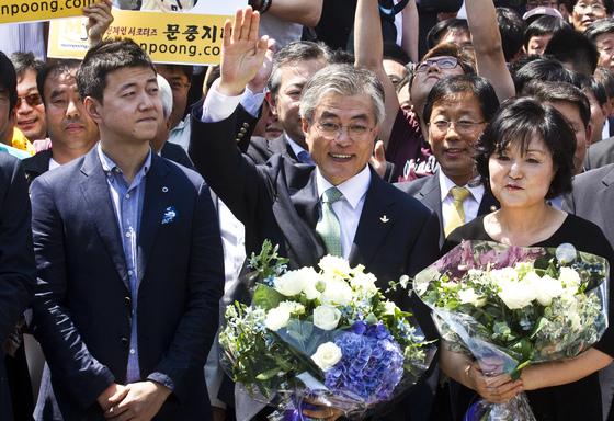 2012년 문재인 민주통합당 상임고문이 대선출마를 선언할 당시 곁에 서 있던 문준용 씨 [김성룡 기자]