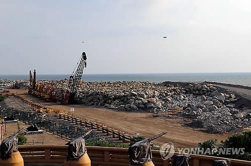 중국이 '진주목걸이 전략'의 주요 거점으로 추진해 온 스리랑카 콜롬보항 개발 사업이 2015년 스리랑카의 정권 교체로 중단됐다가 1년 만에 재개됐다. 사진은 공사가 중단된 당시 콜롬보항.콜롬보 EPA 연합뉴스