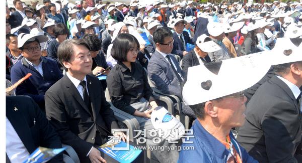 일반석에 앉은 안철수 국민의당 안철수 전 대표가 18일 광주 국립5·18민주묘지에서 열린 37주년 5·18민주화운동 기념식에서 일반시민석에 앉아 행사를 지켜보고 있다. 광주   이준헌 기자 ifwedont@kyunghyang.com