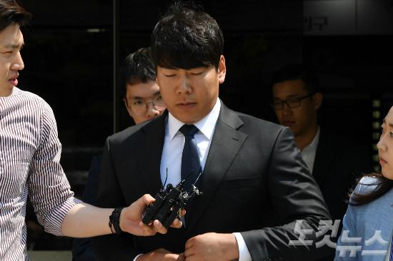 음주뺑소니 사고를 낸 혐의로 재판에 넘겨진 메이저리거 강정호(피츠버그 파이리츠)가 18일 오후 항소심 2차 공판을 마친 후 서울 서초동 서울중앙지법을 나서고 있다. (사진=이한형 기자)