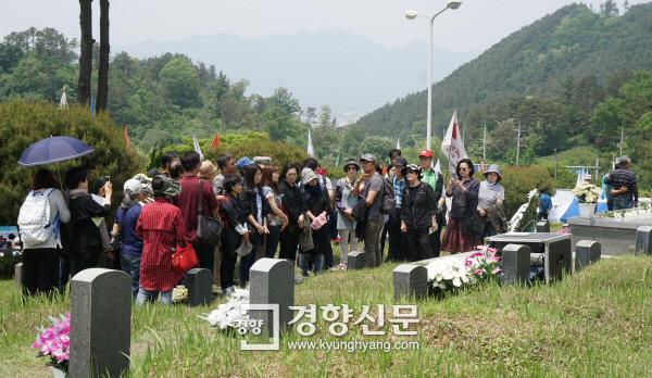 노순택 사진작가가 지난 13일 광주 5·18민주묘지 옆 '옛 묘역'을 참배한 뒤 답사단 일행에게 설명하고 있다. 광주 | 김창길 기자 cut@kyunghyang.com