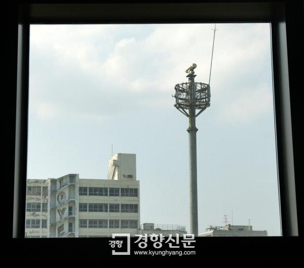 5·18 최후의 항쟁지였던 옛 전남도청 3층에서 창밖으로 교통 폐쇄회로(CC)TV 카메라탑이 보인다. 고공농성을 하지 못하도록 쇠사슬로 감아놓았다. 광주 | 김창길 기자