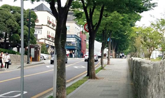 평일 오후 경복궁에서 북촌으로 가는 길. 청와대 집무실이 떠나면 북촌에도 많은 변화가 예상된다. 사진·중앙포토