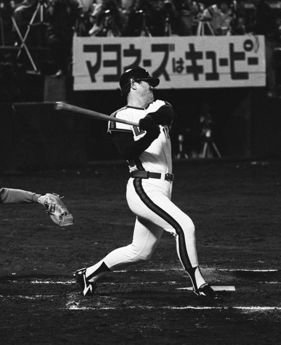 1980년 5월28일 롯데 오리온즈의 장훈이 한큐 브레이브스를상대로 홈런을 치며 3000 안타의 위업을 달성할 때의 모습.[지지통신]