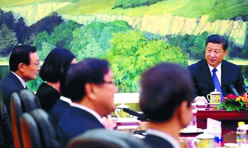 중국 특사인 이해찬 전 국무총리(맨 왼쪽)가 19일 베이징 인민대회당에서 시진핑 중국 국가주석을 만나고 있다. 하지만 시 주석은 테이블 가운데 앉고, 이 전 총리는 아랫사람 대하듯 오른쪽에 앉혀 논란이 됐다. 중국은 이전에 한국 특사를 맞을 때는 정상과 나란히 자리를 배치했다. 공동취재단