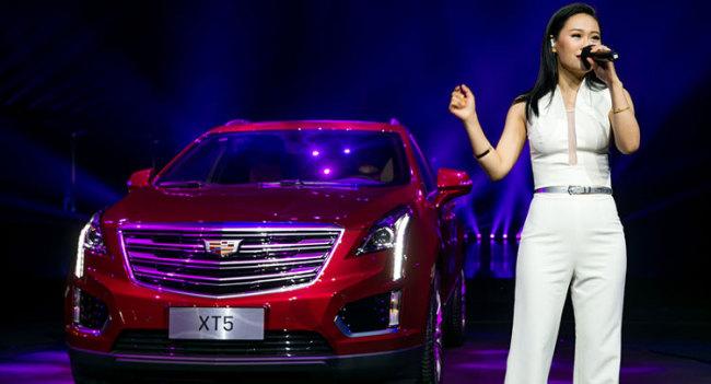 <사진>캐딜락이 빨간색의 2016 XT5를 선보이는 모습