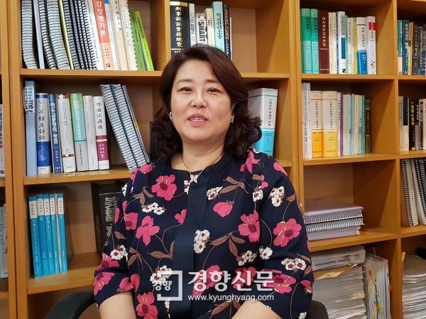 지난 22일 서울 서초구 민들레법률사무소 사무실에서 김인숙 변호사(55)가 경향신문과 인터뷰하고 있다. 허진무 기자