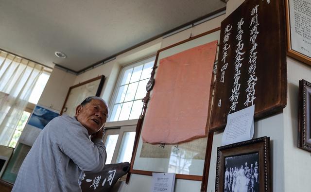 해군기지 유치에 찬성했던 윤세민씨는 윤씨 집성촌인 제주 강정마을의 원로였다. 평생 교육자로 살며 강정초등학교, 서귀포초등학교 교장을 지냈다. 집을 개조해 향토관을 운영하고 있다.