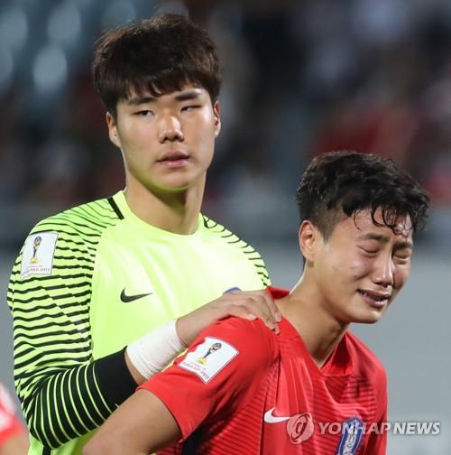 (천안=연합뉴스) 박동주 기자 = 30일 오후 충남 천안종합운동장에서 열린 2017 국제축구연맹(FIFA) 20세 이하(U-20) 월드컵 16강전 대한민국과 포르투갈의 경기에서 패한 한국 백승호(앞)가 눈물을 흘리고 있다. 2017.5.30      pdj6635@yna.co.kr/