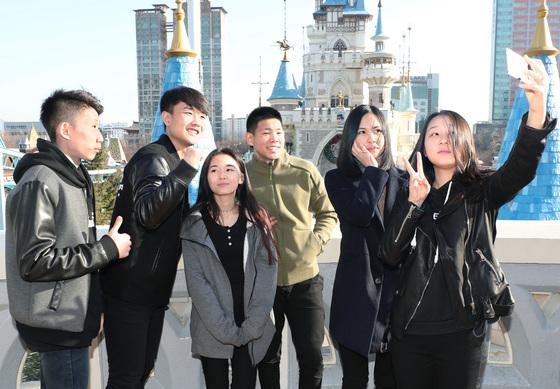 올해 생일이 지나면 모국에서 추방될 위기에 처한 고려인 4세 김 율리아(왼쪽에서 3번째)양. 올 2월 다른 고려인 친구들과 서울 테마파크에서 사진을 찍고 있다. 김춘식 기자