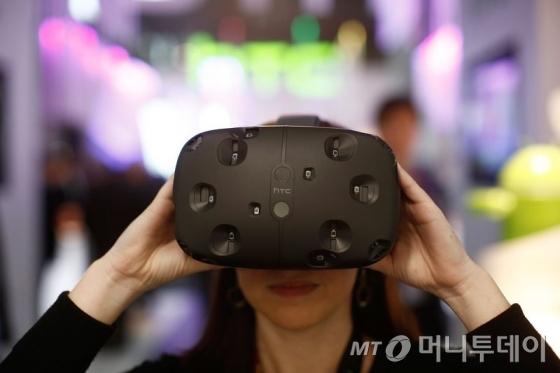 지난 3월 스페인 바로셀로나에서 열린 모바일월드콩그레스에서 대만 HTC의 VR(가상현실) 헤드셋인 바이브를 시연하고 있는 모습. /AFPBBNews=뉴스1