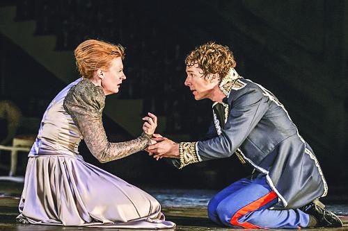 영국 국립극장(NT)의 연극 '햄릿'의 한 장면. 소설 '넛셸'에서는 어머니 자궁 속 태아가 햄릿이 했던 존재론적 고민을 한다. 메가박스 제공
