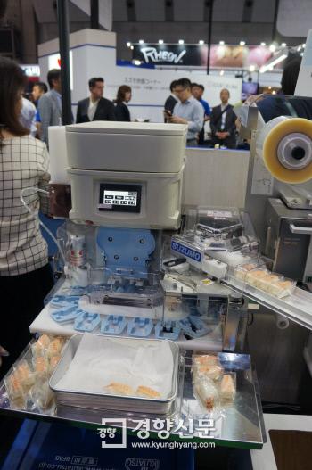 스쿠모기공이 개발한 스시 로봇. 사람은 밥을 넣고, 재료를 얹는 작업만 하면, 시간당 2000개의 스시가 포장까지 되어서 나온다.