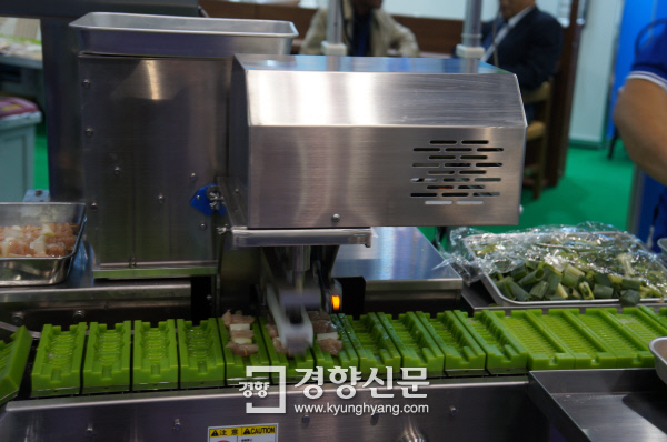 닭꼬치를 자동으로 끼우는 기계. 시간당 6000개까지 만들 수 있다.