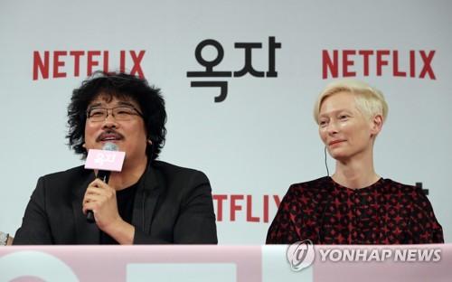 14일 기자회견하는 영화 '옥자'의 봉준호 감독과 틸다 스윈턴  (AP=연합뉴스)