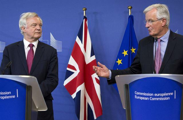 유럽연합 집행위원회의 미셸 바르니에(오른쪽) 브렉시트협상 수석대표와 데이비드 데이비스 영국 브렉시트부 장관이 19일 벨기에 브뤼셀 EC본부에서 기자회견을 열고 협상 개시를 선언하고 있다. AP 연합뉴스