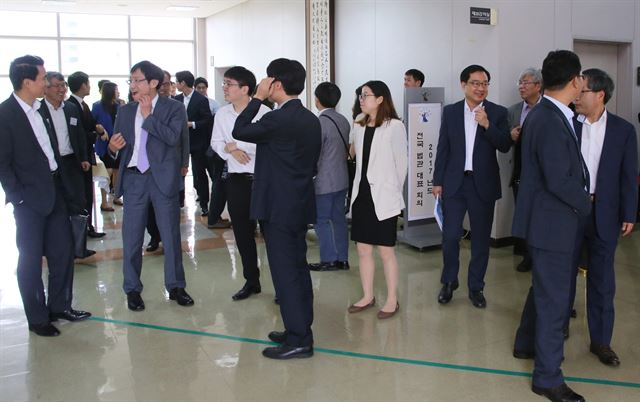 19일 경기 고양시 사법연수원에서 열린 전국법관대표자회의에 참석한 판사들이 회의장을 나서고 있다. 연합뉴스.