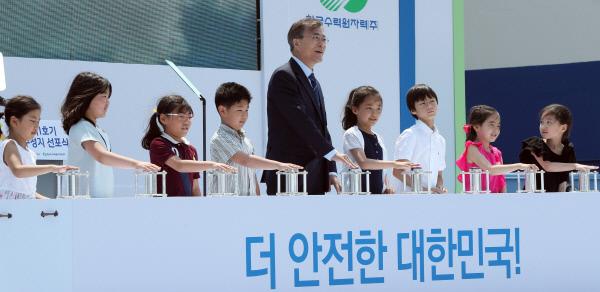 어린이들과 함께 '정지 버튼' 문재인 대통령이 19일 부산 기장군 한국수력원자력 고리원자력본부에서 열린 '고리 1호기 영구정지 선포식'에서 지역 어린이들과 함께 영구정지 버튼을 누르고 있다.  청와대사진기자단
