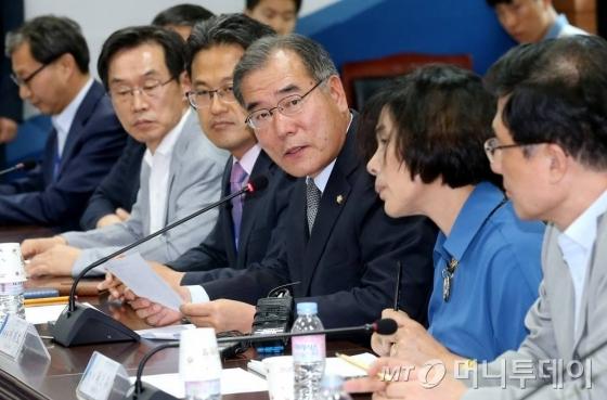 이개호 분과위원장이 19일 오후 서울 통의동 국정기획자문위에서 열린 '통신비 인하 관련 미래창조과학부 추가 업무보고'에서 회의를 진행하고 있다.