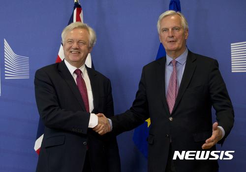 【브뤼셀=AP/뉴시스】 영국의 유럽연합 탈퇴를 위한 브렉시트 협상이 19일 개시된 가운데 양측 협상 주역인 EU의 미셸 바르니에 협상 대표(오른쪽)와 영국의 데이비드 데입스 담당 장관이 EU 본부에서 만나 악수하고 있다. 브렉시트는 지난해 6월23일 결정됐으며 협상은 2019년 3월이 기한이다. 2017. 6. 19.