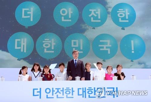 (부산=연합뉴스) 배재만 기자 = 문재인 대통령이 19일 오전 부산 기장군 장안읍 해안에 있는 고리원전 고리1호기 영구정지 선포식에서 어린이들과 함께 영구정지 터치 버튼을 누르며 세리머니를 하고 있다.     scoop@yna.co.kr