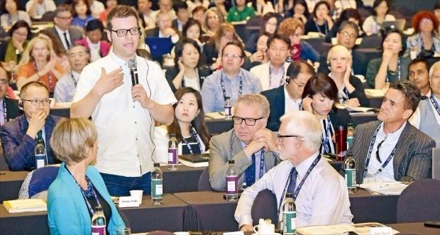 19일 서울 메이필드호텔에서 개막한 '글로벌 진로교육포럼 2017'에서 한 참가자가 기조 강연을 들은 뒤 질문하고 있다. 김영우 기자 youngwoo@hankyung.com