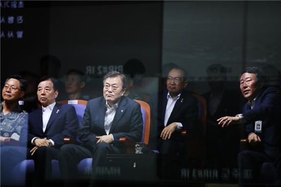 문재인 대통령이 23일 오전 국방과학연구소 종합시험장에서 탄도미사일 발사시험을 참관하고 있다.(제공: 청와대)