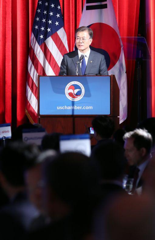 문재인 대통령이 28일 오후(현지시간) 미국 워싱턴 미국상공회의소에서 열린 '한-미 비즈니스 서밋'에서 연설하고 있다.[출처=연합뉴스]