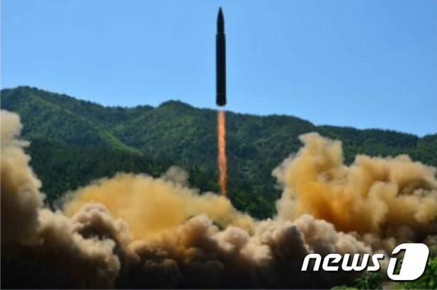 북한이 대륙간탄도미사일(ICBM) '화성 14형' 발사에 성공했다고 노동신문이 5일 보도했다. 북한은 지난 4일 오전 9시 40분께 평안북도 방현 일대에서 동해 상으로 탄도미사일을 발사해 40여 분간 930여㎞를 날려 보냈다. (노동신문) 2017.7.5/뉴스1 © News1 민경석 기자