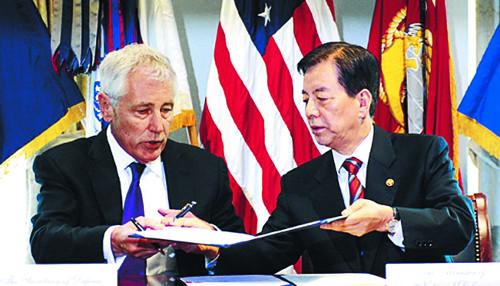 한민구 국방부 장관과 척 헤이글 미국 국방부 장관이 2014년 10월 시기를 정하지 않고 조건에 기초해 전작권을 전환한다는 양해각서에 서명하고 있다. 국민일보DB