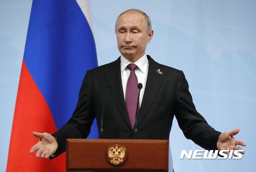 【함부르크(독일)=AP/뉴시스】블라디미르 푸틴 러시아 대통령이 지난달 8일 독일 함부르크에서 열린  주요 20개국(G20) 정상회담에서 기자회견을 하고 있다. 미 CNBC는 푸틴 대통령의 재산이 2000억 달러에 달해 세계 최고의 부호라고 전했다. 2017.8.1