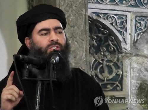 (테헤란 AP=연합뉴스) 수니파 극단주의 무장세력 이슬람국가(IS)의 수괴 아부 바크르 알바그다디가 이라크의 회교사원에서 설교하는 모습으로 2014년 7월 한 무장조직의 웹사이트에 올려진 영상. 이라크 알수마리야 방송은 이라크 서부의 IS 선동조직이 알바그다디의 사망을 발표한 성명을 이라크군이 입수했다며 이 성명에는 새로운 '칼리프'(이슬람 초기 신정일치 지도자, 알바그다디의 지위)가 곧 발표될 예정이며 IS 조직원은 동요하지 말고 현위치에서 전투에 임하라는 지시도 포함됐다고 11일(현지시간) 보도했다.       ymarshal@yna.co.kr