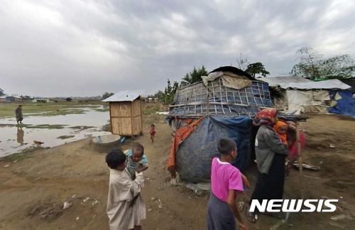 【미얀마 = AP/뉴시스】 = 올해 초 공개된 미얀마 북부 다르팡 수용소의 열악한 생활환경.  로힝야족이 수용되어 있는 이곳의 불량한 위생상태와 주거시설,  영양실조로 자라지 못하고 있는 어린이들의 동영상이 공개되면서 국제사회의 지탄을 받고 있다. 2017.07.13