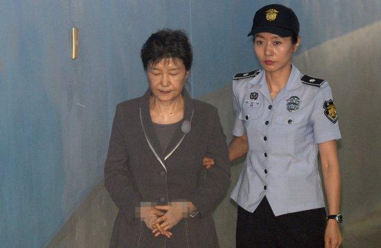 박근혜 전 대통령이 14일 오후 12시50분쯤 여성 교도관의 부축을 받으며 서초동 서울중앙지법 청사 안으로 들어가고 있다. 뉴시스