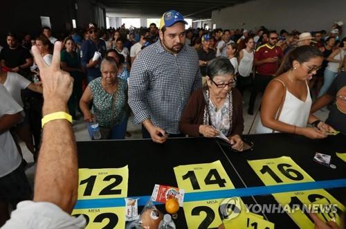 16일(현지시간) 베네수엘라 수도 카라카스에서 한 여성이 제헌의회 구성 찬반을 묻는 투표용지를 들고 있다. 베네수엘라 정부는 이달 30일 제헌의회 의원 선출을 위한 선거를 한다. 야권은 개헌에 반대하며 이날 독자적으로 개헌 찬반을 묻는 투표를 시행했다. 이번 선거는 법적 효력은 없지만, 개헌으로 위기를 돌파하려는 정부를 압박하는 수단으로 야권이 추진했다. [AFP=연합뉴스]