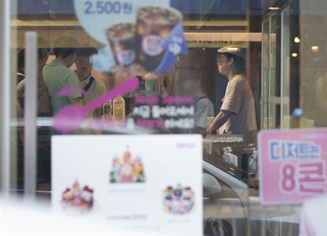 17일 서울의 한 프랜차이즈 매장에서 직원이 업무를 보고 있다. 최저임금위원회는 앞서 15일 내년 최저임금을 올해(6,470원)보다 16.4% 인상한 7,530원으로 확정했다. 연합뉴스