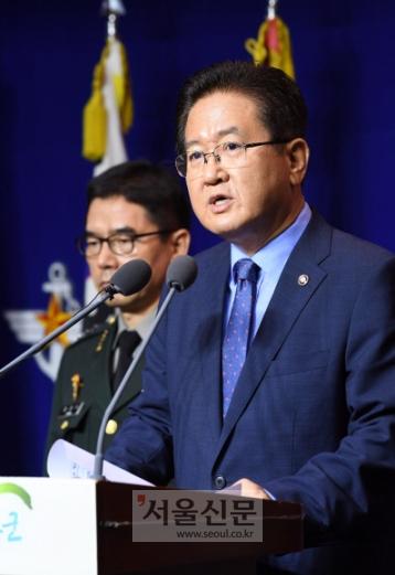 서주석 국방부 차관이 17일 서울 용산 국방부 청사에서 기자회견을 열고 북측에 남북 군사당국회담 개최를 제의하고 있다.손형준 기자 boltagoo@seoul.co.kr