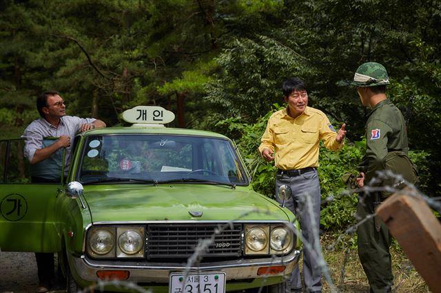 만섭과 피터는 광주에서 서울로 가던 중 검문을 받게 된다. <택시운전사> 중. 사진=쇼박스 제공
