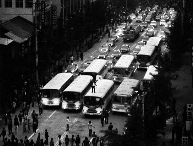 5.18광주민주화운동 당시 버스와 택시들의 행진 모습. 지금도 매년 5월 20일에 광주 금남로 일대에서 이와 비슷한 행렬 행사를 열고 있다. 사진=5.18 기념재단 제공