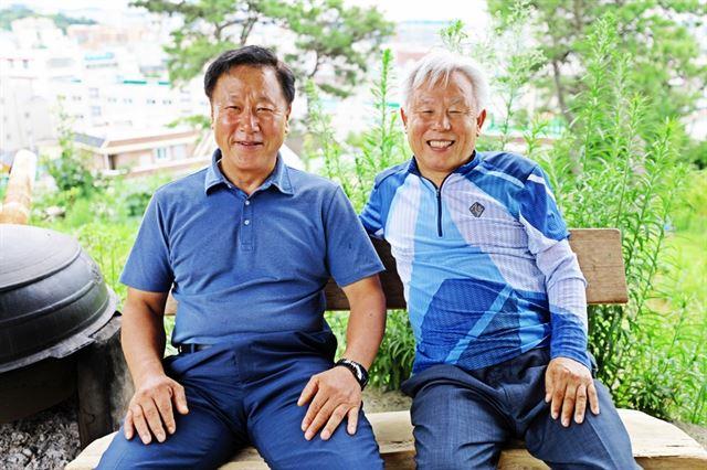 광주광역시에서 만난 장훈명(왼쪽) 씨와 조성수(오른쪽) 씨. 이들은 실제로 택시를 끌고 5.18광주민주화운동에 나서 시민들을 구했다. 사진=조두현 기자