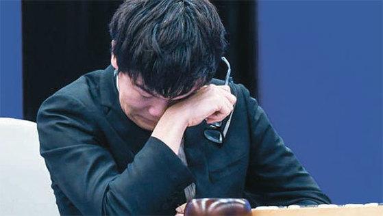세계 바둑 최강자로 꼽히는 중국의 커제가 지난 5월 알파고와의 대국 도중 승산이 보이지 않자 울먹이고 있다. [연합뉴스]