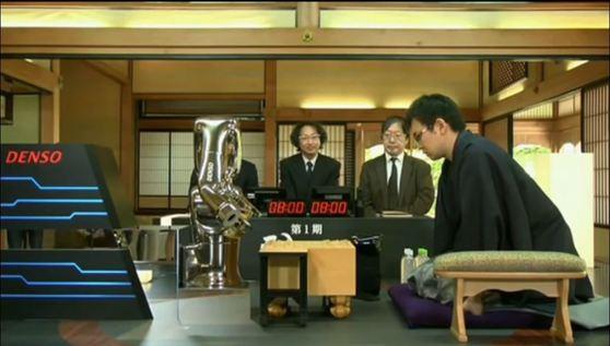 지난해 6월 일본 프로 쇼기 기사 야마사키 다카유키(山崎隆之)가 인공지능 포난자와 대국을 벌이고 있다. [유튜브 캡처]