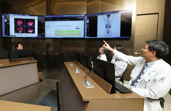 지난 4월 인천 가천대길병원 'IBM 왓슨 인공지능 암센터'에서 의료진이 미국 IBM사의 인공지능 프로그램 '왓슨 포 온콜로지'를 활용해 환자의 진료 계획을 의논하고 있다. [중앙포토]
