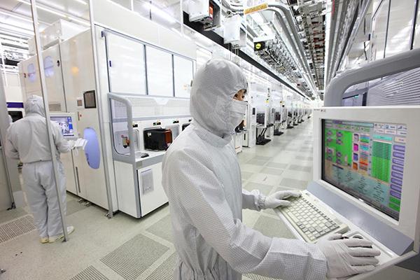 ⓒ삼성전자 제공 삼성전자가 올해 2분기에 사상 최대 실적을 올렸는데, 그중 60%를 반도체 부문에서 달성했다. 사진은 삼성전자 화성 반도체공장 15라인의 내부 전경.