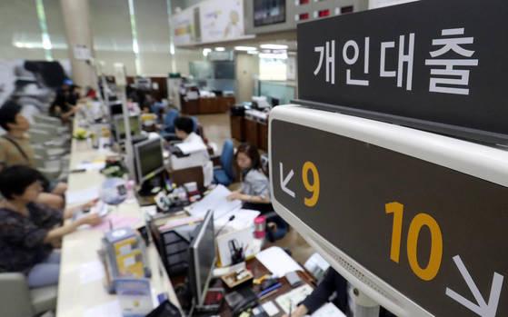 여의도 한 은행에서 고객들이 상담 등을 하고 있다.<저작권자(c) 연합뉴스, 무단 전재-재배포 금지>