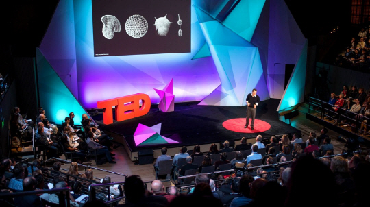IBM의 재료 과학자 조지 튤렙스키가 작년 11월 샌프란시스코에서 열린 IBM TED 콘퍼런스에서 발표를 하고 있다.